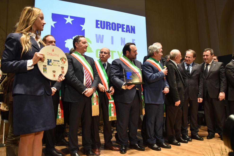 Il passaggio di consegne tra i sindaci delle 5 città di Sannio Falanghina e i rappresentanti delle città portoghesi